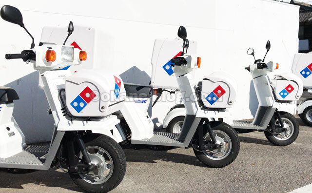 ドミノピザの宅配バイク